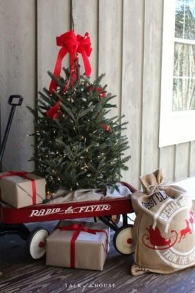 Inspiring Farmhouse Christmas Porch Decoration Ideas 24