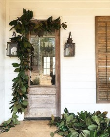 Inspiring Farmhouse Christmas Porch Decoration Ideas 29
