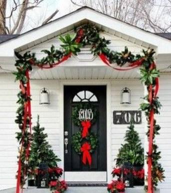 Inspiring Farmhouse Christmas Porch Decoration Ideas 34