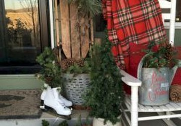 Inspiring Farmhouse Christmas Porch Decoration Ideas 43