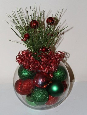 Lovely Red And Green Christmas Home Decor Ideas 18