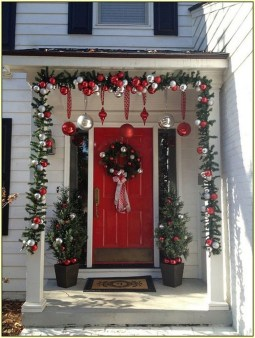Perfect Christmas Front Porch Decor Ideas 27