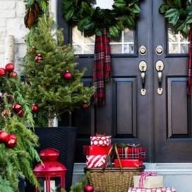 Perfect Christmas Front Porch Decor Ideas 44