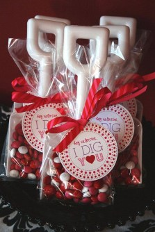 Awesome Classroom Party Decor Ideas For Valentines Day 27