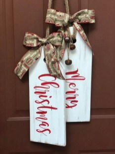 Adorable Front Door Christmas Decoration Ideas That Trend This Year 05