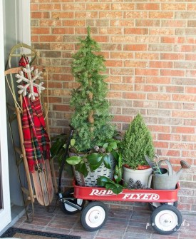 Adorable Front Door Christmas Decoration Ideas That Trend This Year 23