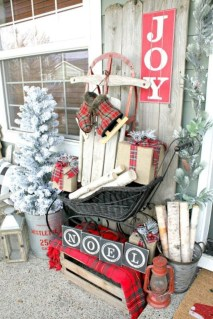 Awesome Christmas Farmhouse Porch Décor Ideas 20