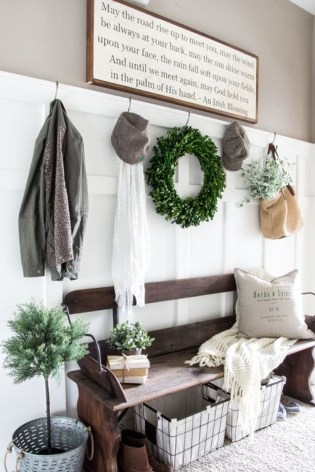 Stunning Farmhouse Christmas Entryway Design Ideas12