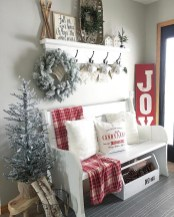 Stunning Farmhouse Christmas Entryway Design Ideas16