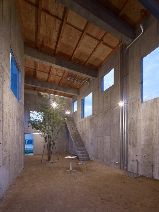 curved-concrete-house-with-interior-courtyard-9.jpg
