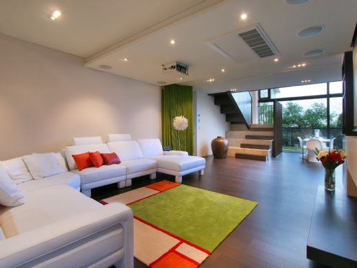 Modern New Zealand Glass House Frames Luxurious Features