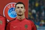 Cristiano Ronaldo Eyes Premier League Trophy, Charges Teammates