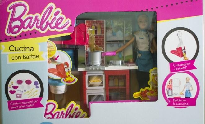 Cucina di Barbie come regalo di Natale sotto l\'albero