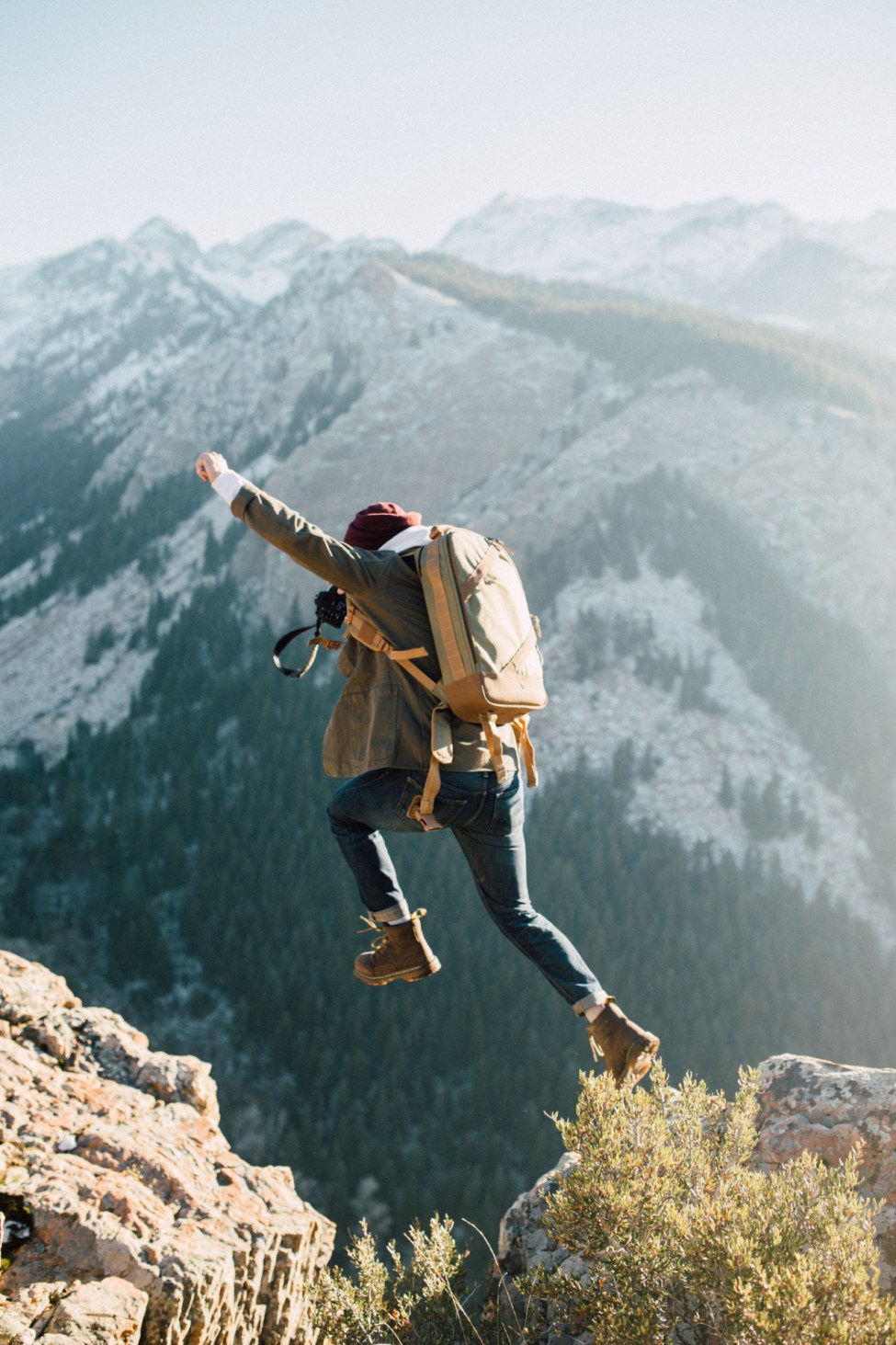 Jeune fille qui saute - Montagne