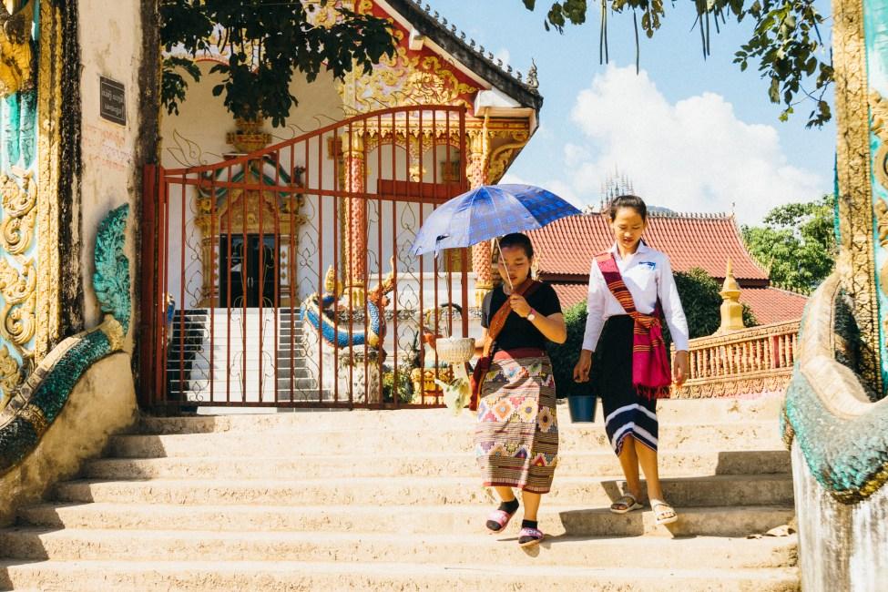 Laos - Jeunes femmes devant un temple