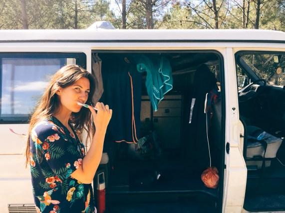 Se laver les dents dans un van