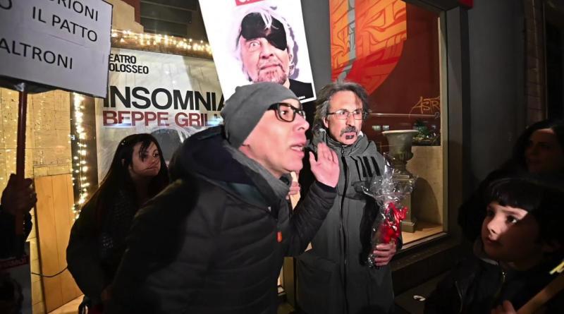 Spettacolo di Beppe Grillo a Torino, tensioni fuori dal teatro tra contestatori e grillini
