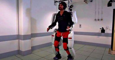 """Tetraplegico cammina con esoscheletro: """"Mi sono sentito come il primo uomo sulla Luna"""""""