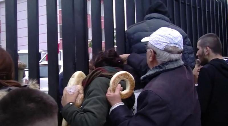 Sisma Albania, è ressa per il pane fuori lo stadio di Durazzo