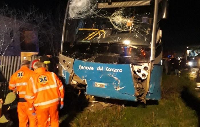 Autobus contro auto, si temono 2 vittime