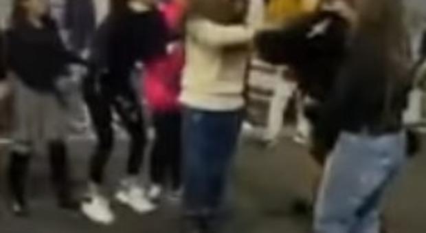 Napoli, baby gang al femminile picchia una ragazzina nel centro commerciale