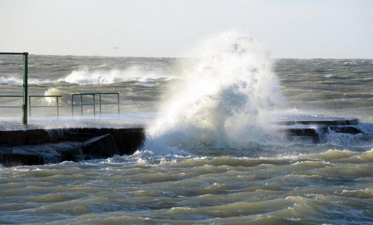 Maltempo, vento forte a Napoli: domani scuole chiuse