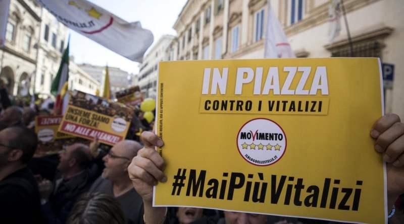 """Vitalizi: piazza M5s tra slogan """"onestà"""" e attacchi a Italia viva. Ma gli ex parlamentari rispondono: """"Non ci arrendiamo"""""""