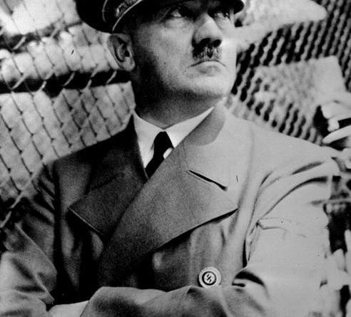 Volantini e foto di Hitler, arrestato