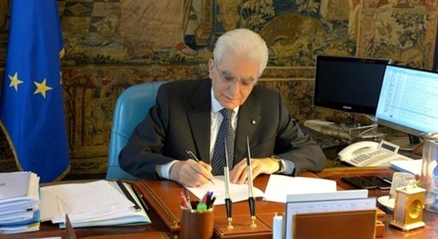 Coronavirus, Mattarella firma il decreto Cura Italia: 500 milioni per Alitalia e rinvio referendum