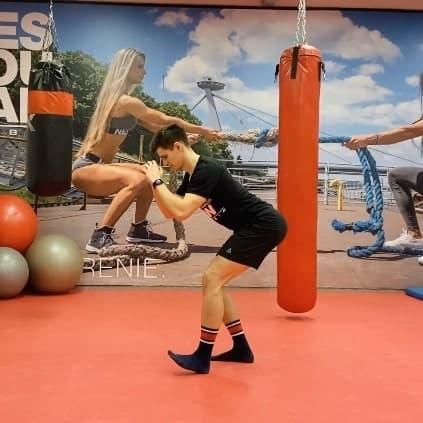 Osobný tréner v GolemClub Aupark Žilina pri rozcvičení