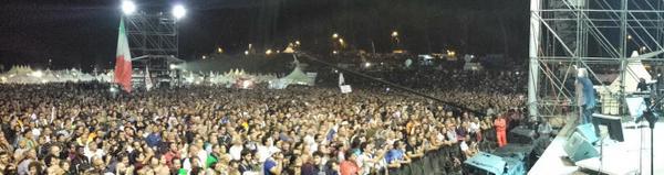 Grillo-sul-palco-panoramica