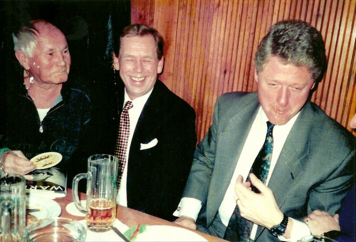 Havel-and-Clinton-Drinking-Beer-in-Prague