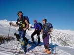 Foto di gruppo prima di togliere gli sci per raggiungere la cima.