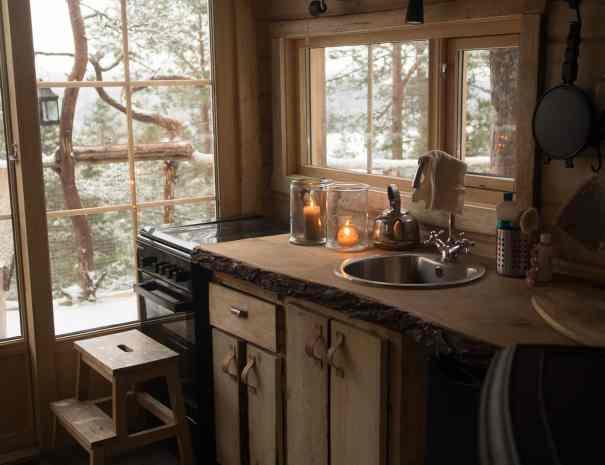 Kjøkken-innside-av-trehytte