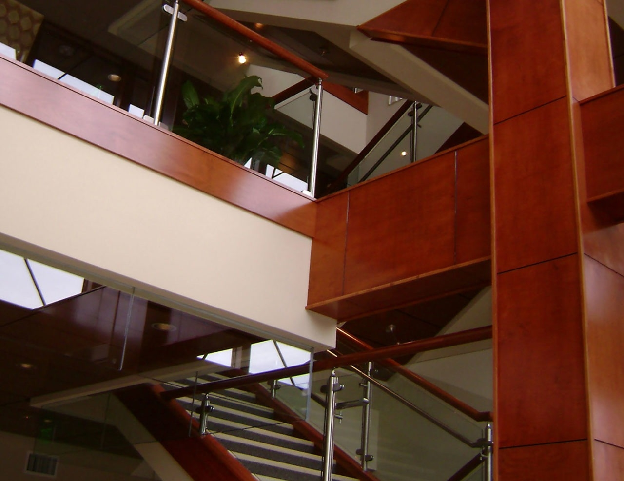 Monaco Post Supported Glass Railing Trex Commercial Products | Staircase Steel Railing Designs With Glass | Glass Panel Wooden Handrail | Modern Style | Stair Glass Void | Curved | Metal
