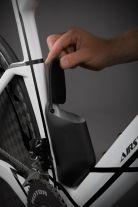 Ersatzmaterial findet aerodynamisch günstig beim Tretlager seinen Platz