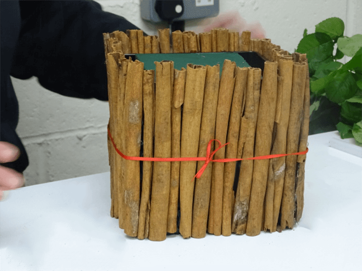 Once you have finished attaching the cinnamon sticks to the container and it is dry, you can finish with a bow using satin ribbon (example 3mm).