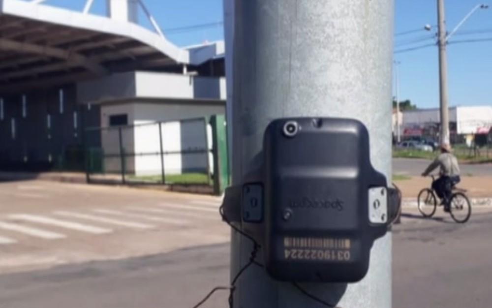 Tornozeleira eletrônica é presa a poste perto de terminal de ônibus