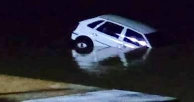 SJB: carro cai no Rio Paraíba do Sul