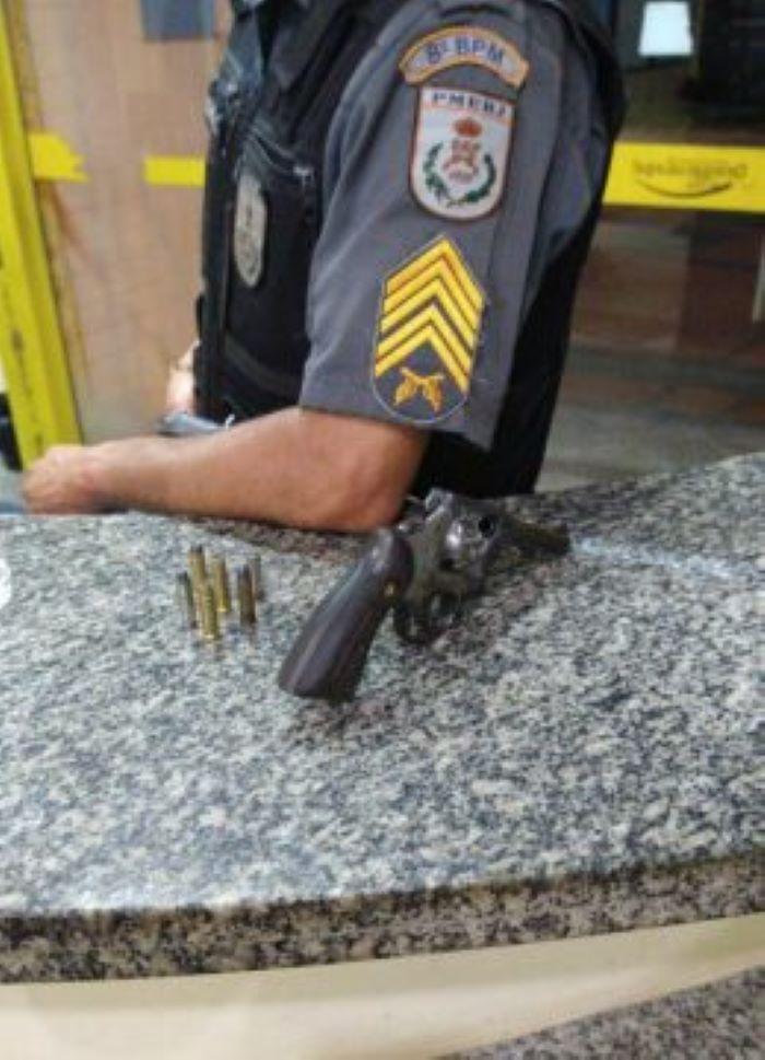 Homem armado causa tumulto e é preso em SJB