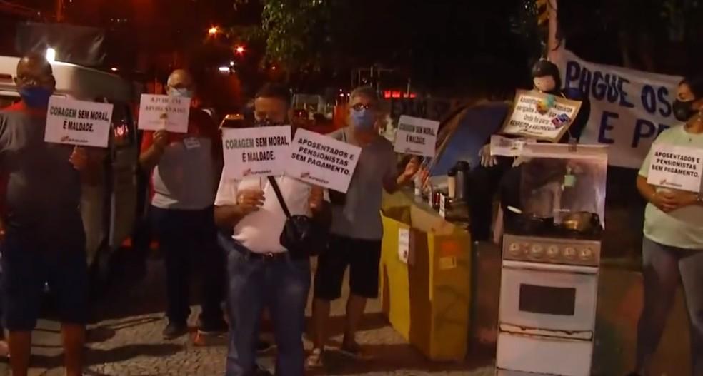 Aposentados cobram pagamento integral de salário em protesto em frente à Prefeitura de Campos