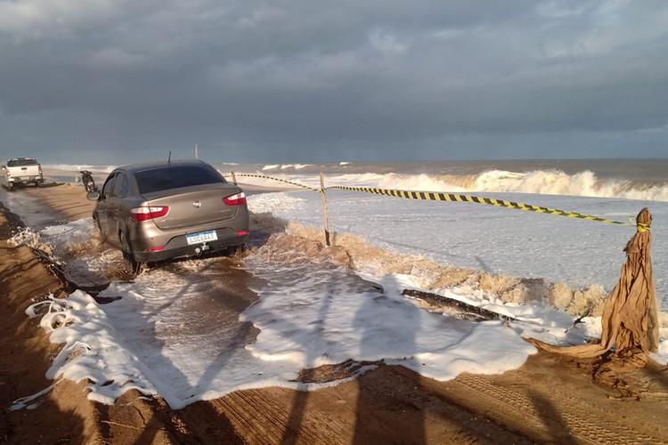 Ressaca provoca ondas de até 3,5 metros no Farol de São Thomé