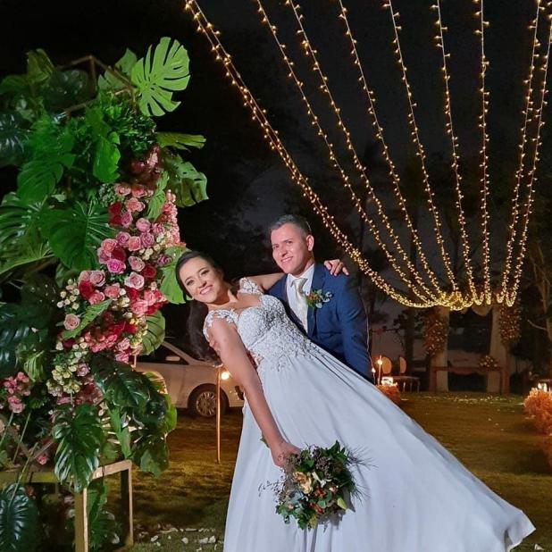Casamento drive-in: Casal inova e realiza cerimônia com convidados dentro de carros em Ouro Preto