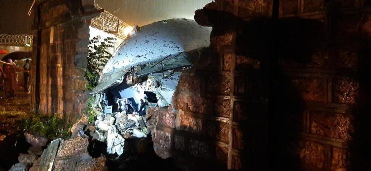 Avião se parte em dois durante pouso na Índia e deixa 17 mortos