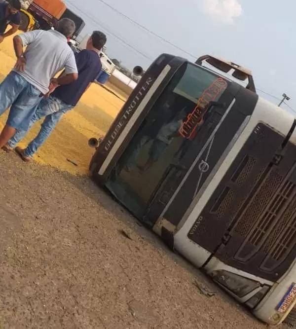 Motorista perde controle e tomba carreta em pátio de posto em Vilhena; Veja o vídeo