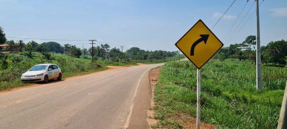 Rodovia que liga Rolim de Moura a Alta Floresta recebe placas de sinalização vertical