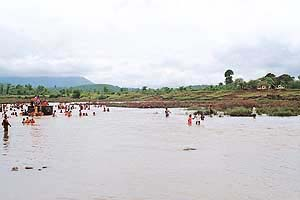 The Tansa flows here and the village is well known for its 21 hot water springs