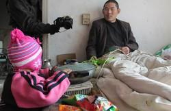 Kisah Mengharukan Balita 3 Tahun Merawat Ayahnya yang Lumpuh