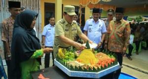 Bupati Sukiman, potong tumpeng saat menghadiri HUT ke 11 Desa Sei Kandis Pendalian IV Koto