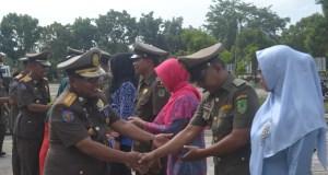 Kakansatpol PP Rohil Suryadi. SE bersalaman dengan pejabat Fungsional Satpol PP yang baru dilantik.